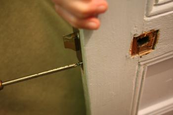 Changer une poign e de porte apprenez remplacer les for Changer poignee de porte