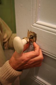 Changer une poign e de porte apprenez remplacer les poign es de portes - Plaque de proprete pour porte ...